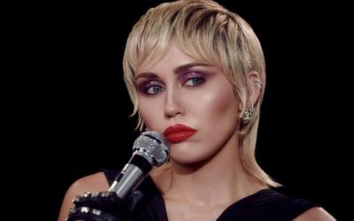 """Miley Cyrus: """"Plastic Hearts"""" è il nuovo disco in uscita il 27 novembre"""